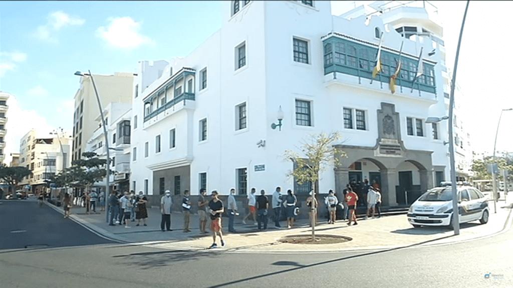 طوابير طويلة مكاتب الهجرة المهاجرين الأجانب جزر الكناري