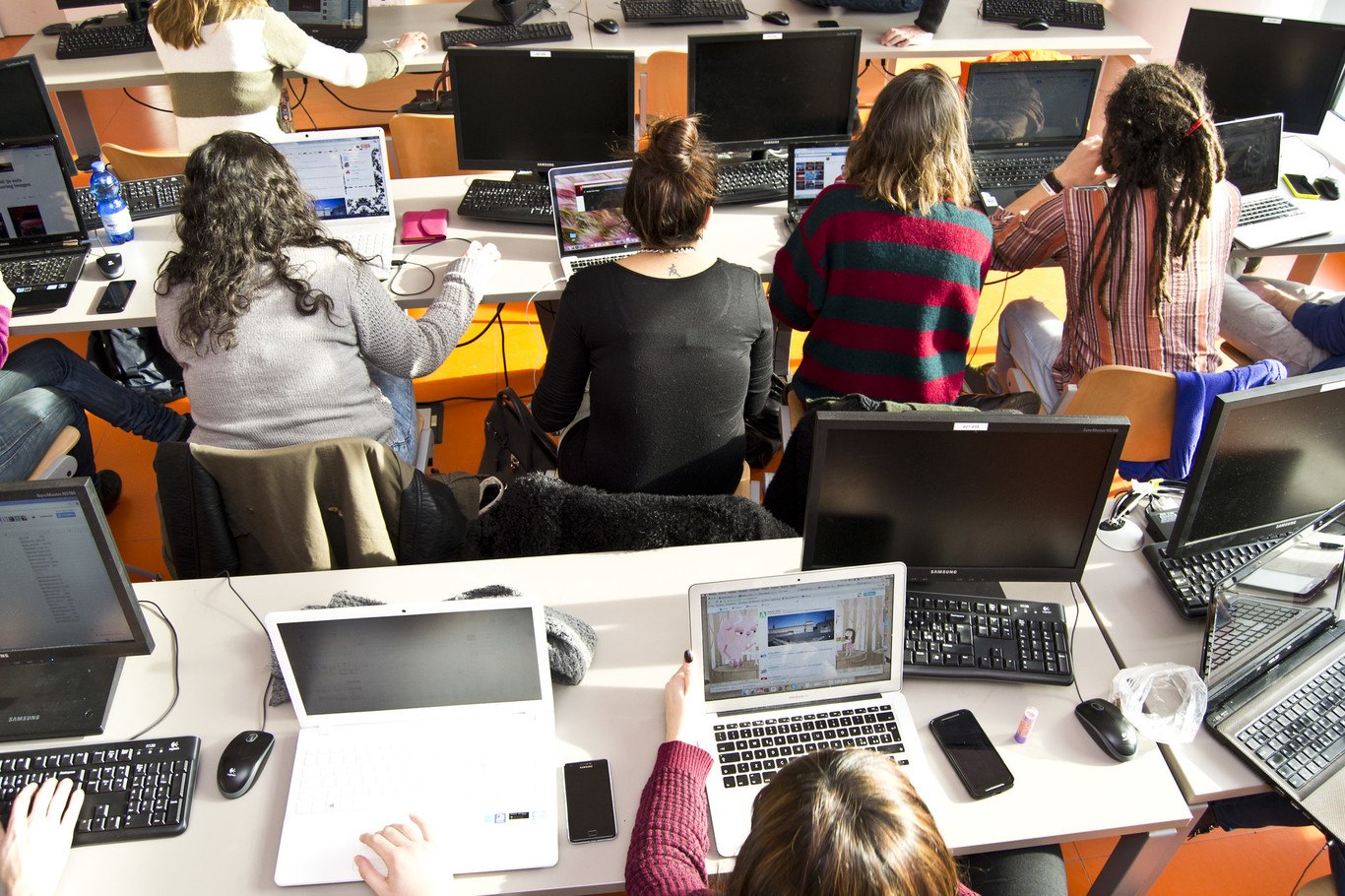 وزارة التعليم الإسبانية جهاز كمبيوتر العائلات الضعيفة 500 أجهزة لوحية