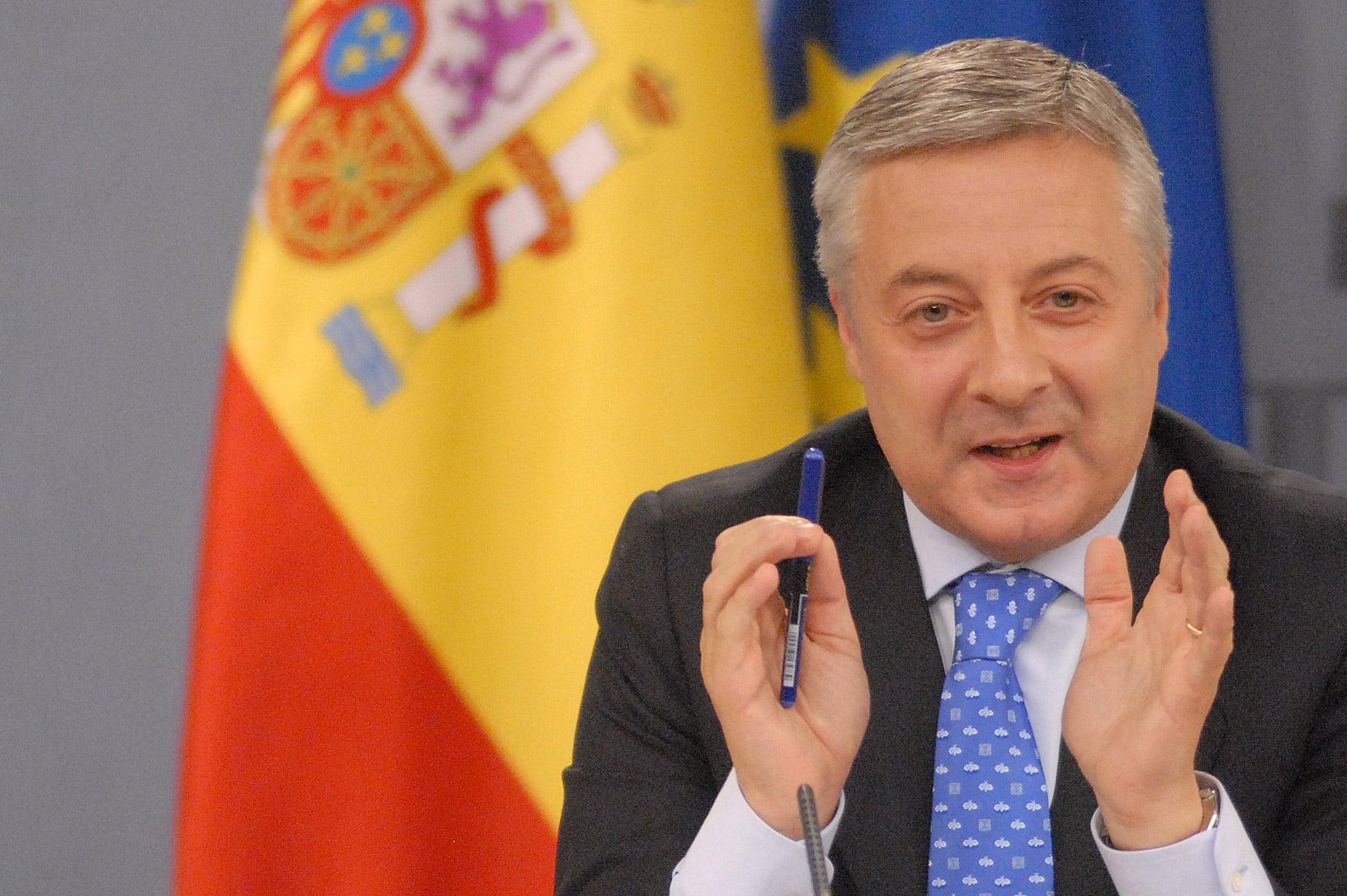 وزير إسباني يبيع أرقام هواتف