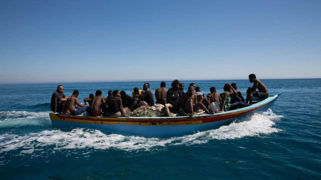 أنقذت قوات خفر السواحل الإسبانية 16 شخصا كانوا على متن زورق اقترب من الشواطئ الإسبانية.