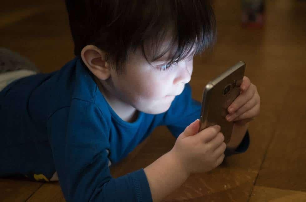 الأطفال وشاشة الهاتف